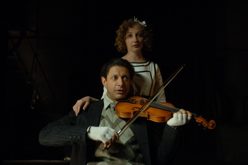 Jeff Goldblum suona il violino in una scena del film Adam Resurrected