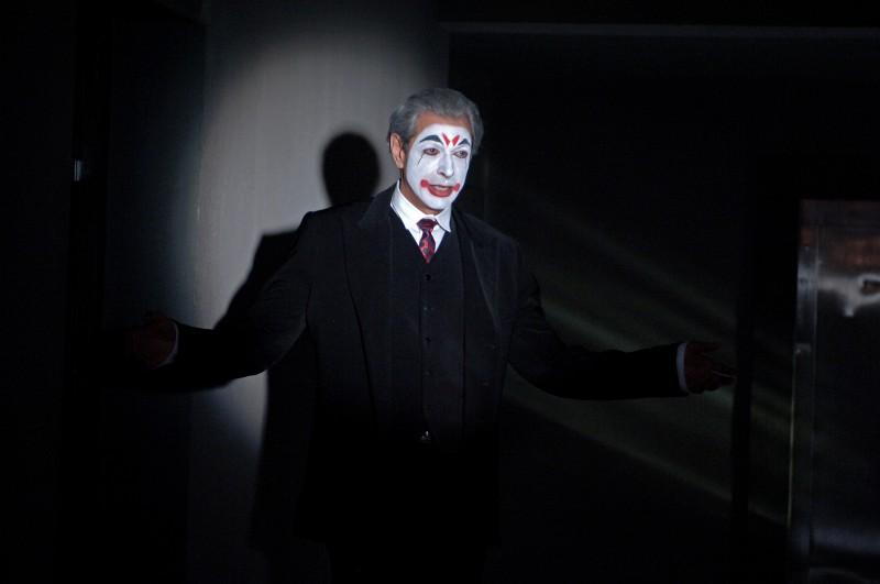 Jeff Goldblum truccato da clown in una scena del film Adam Resurrected