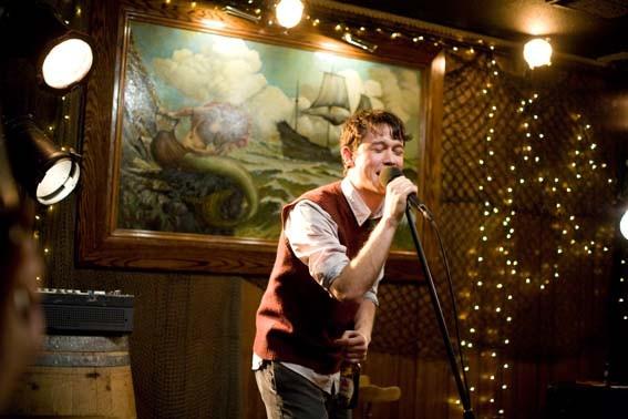 Joseph Gordon-Levitt al microfono in una scena del film 500 giorni insieme