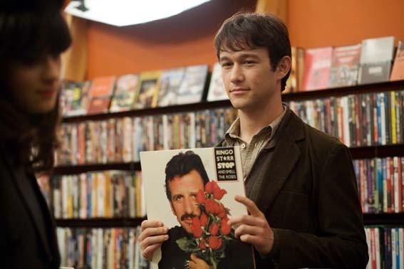 Joseph Gordon-Levitt con un disco di Ringo Starr in una scena del film 500 giorni insieme (2009)