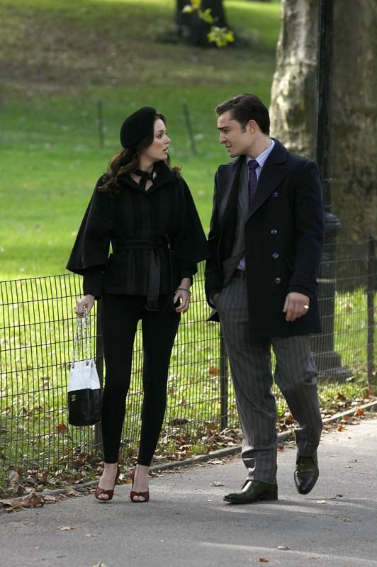 Leighton Meester e Ed Westwick a piedi nel parco nell'episodio The Last Days of Disco Stick di Gossip Girl