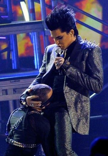 Performance shock per Adam Lambert agli American Music Awards 2009, con sesso orale simulato sul palco