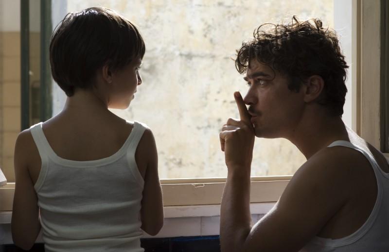 Guido Giaquinto e Riccardo Scamarcio in una scena del film L'uomo nero