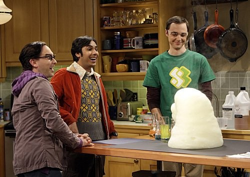 The Big Bang Theory: Johnny Galecki, Jim Parsons e Kunal Nayyar in un momento dell'episodio The Vengeance Formulation