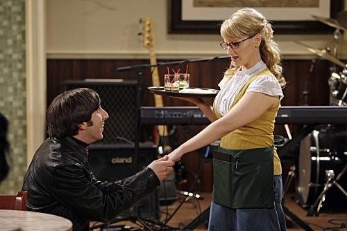The Big Bang Theory: Simon Helberg e Melissa Rauch in una scena dell'episodio The Vengeance Formulation