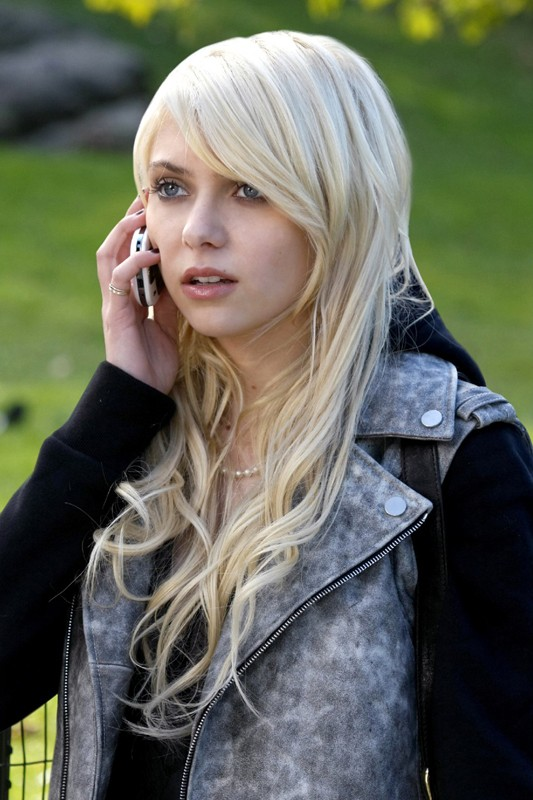 Una scena nell'episodio The Last Days of Disco Stick di Gossip Girl con Jenny (Taylor Momsen) al cellulare