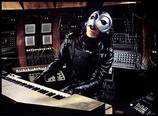 William Finley in una scena del film Il fantasma del palcoscenico (1974)