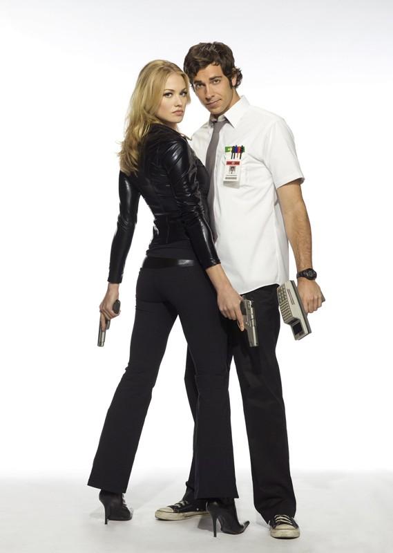 Yvonne Strahovski e Zachary Levi posano per una foto promo della season 2 di Chuck