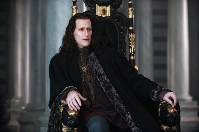 Marcus (Christopher Heyerdahl) del clan dei Volturi, seduto sul suo trono nel film Twilight Saga: New Moon