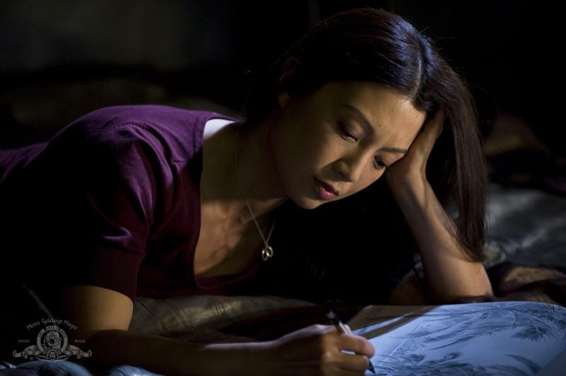 Ming-Na disegna in una scena dell'episodio Life di Stargate Universe