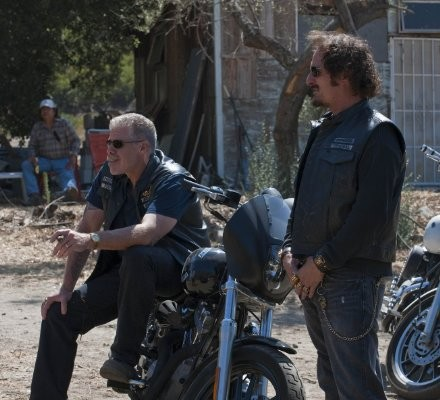 Sons of Anarchy: Ron Perlman e Kim Coates in una scena dell'episodio Balm