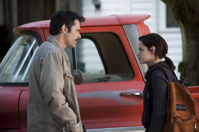 Un momento del film The Twilight Saga: New Moon con Charlie (Billy Burke) e la figlia Bella (Kristen Stewart)
