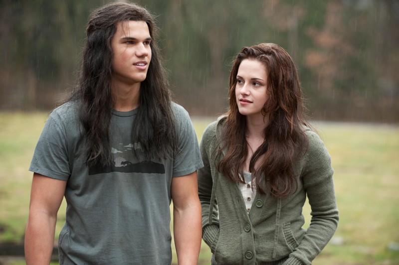 Una scena sotto la pioggia con Jacob (Taylor Lautner) e Bella (Kristen Stewart) nel film Twilight: New Moon