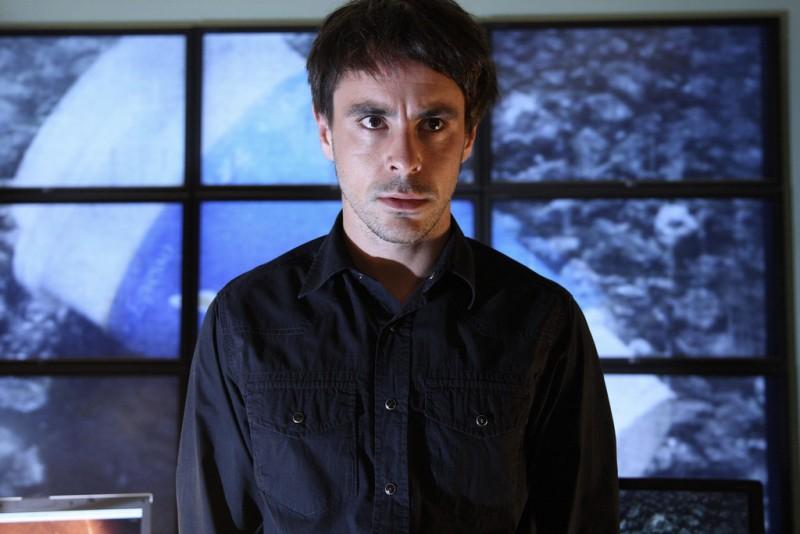 Emun Elliott nella serie Paradox