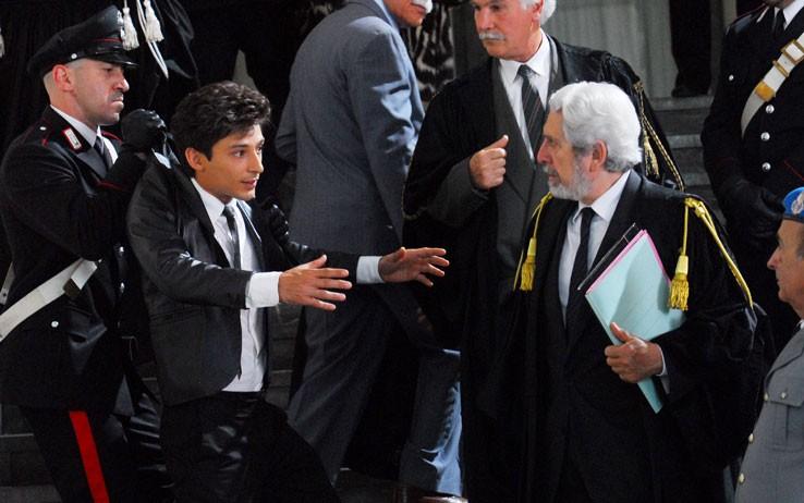 Fausto Paravidino in tribunale in una scena della fiction Moana.