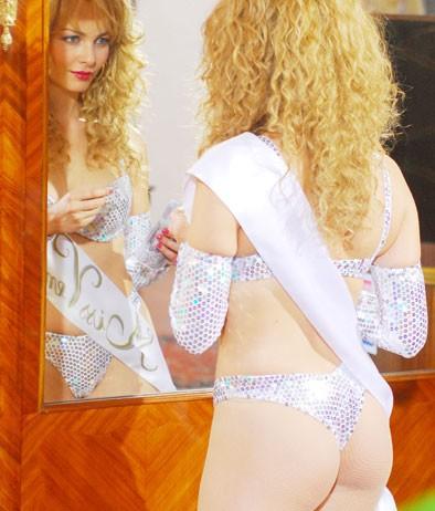 Moana Pozzi (Violante Placido) allo specchio nel film 'Moana'.