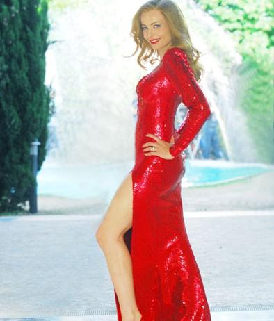 Moana Pozzi (Violante Placido) con un abito rosso fuoco nel film 'Moana'.