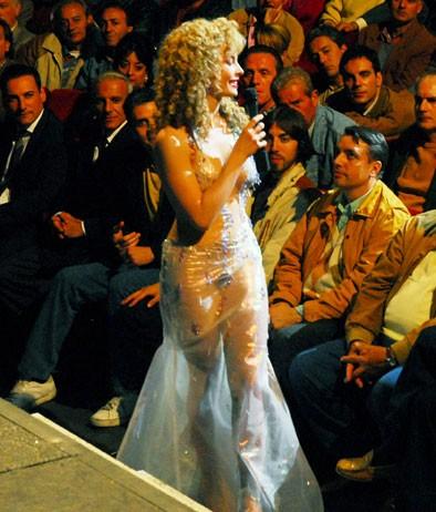 Moana Pozzi (Violante Placido) durante uno dei suoi spettacoli nel film 'Moana'.