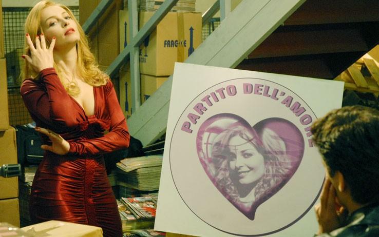 Moana Pozzi (Violante Placido) si candida per il Partito dell'Amore nel film 'Moana'.