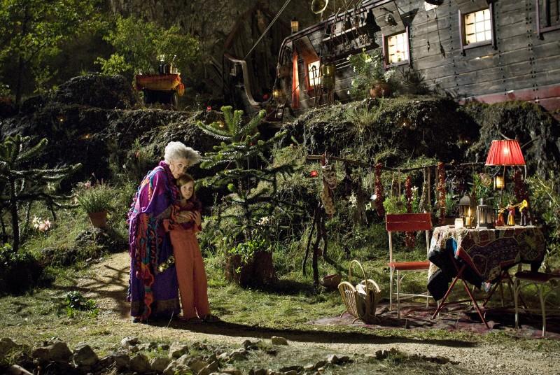 Pilar Bardem e Alina Freund in una scena di Maga Martina