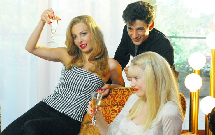 Una scena di Moana: Violante Placido brinda con Giorgia Wurth e Fausto Paravidino.
