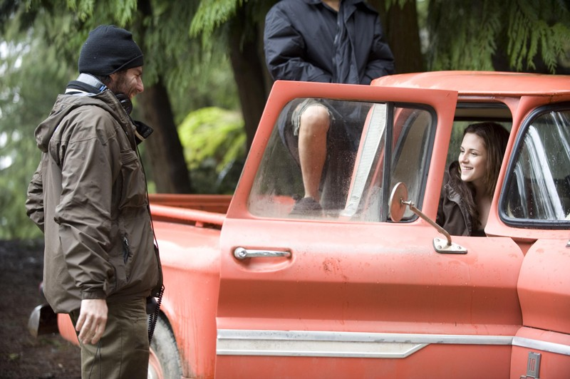 Il regista Chris Weitz con la giovane attrice Kristen Stewart sul set del film Twilight: New Moon