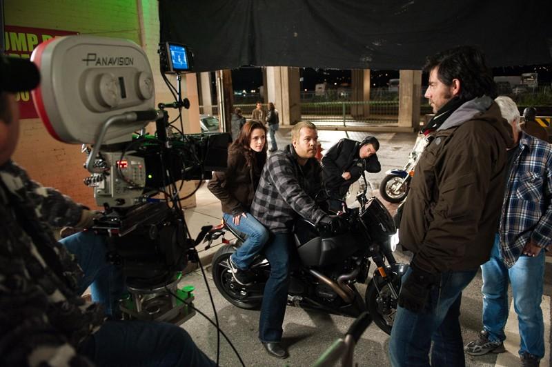 Il regista Chris Weitz, Kristen Stewart e parte della troupe si preparano a girare una scena del film Twilight: New Moon