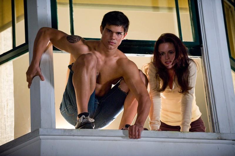 L'atletico Jacob (Taylor Lautner) e la dolce Bella (Kristen Stewart) nel film Twilight: New Moon