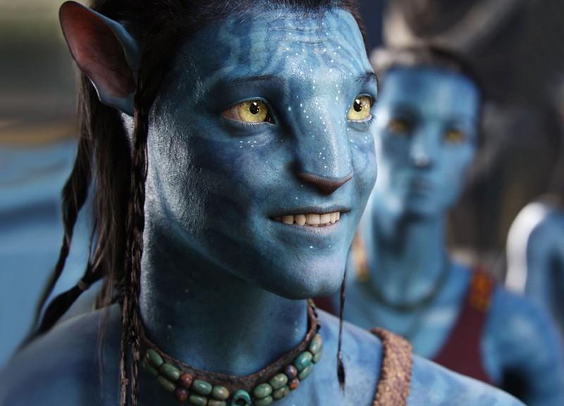 Un primo piano di Jake Sully con i tratti del Na'vi in una scena del film Avatar