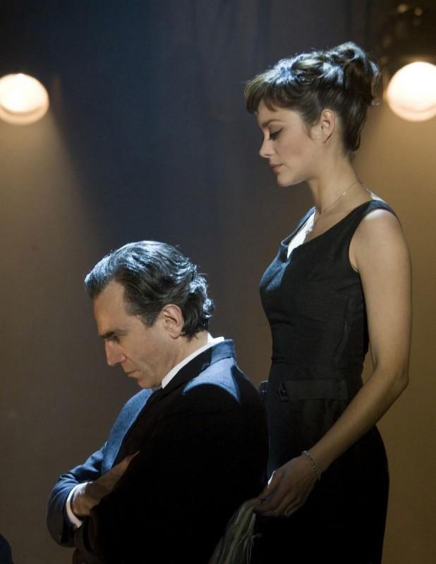 Daniel Day-Lewis e Marion Cotillard in una scena del musical Nine
