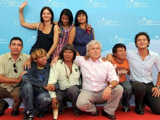Il cast de La terra degli uomini rossi alla 65°mostra del Cinema di Venezia (2008)