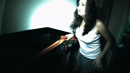 Katie Featherston in una terrificante scena di Paranormal Activity