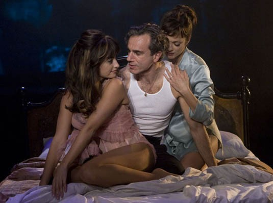 Penelope Cruz, Daniel Day-Lewis e Marion Cotillard in una scena del musical Nine