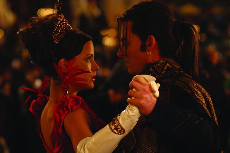 Anna (Kate Beckinsale) danza con Richard Roxburgh (il Conte Dracula) nel film Van Helsing
