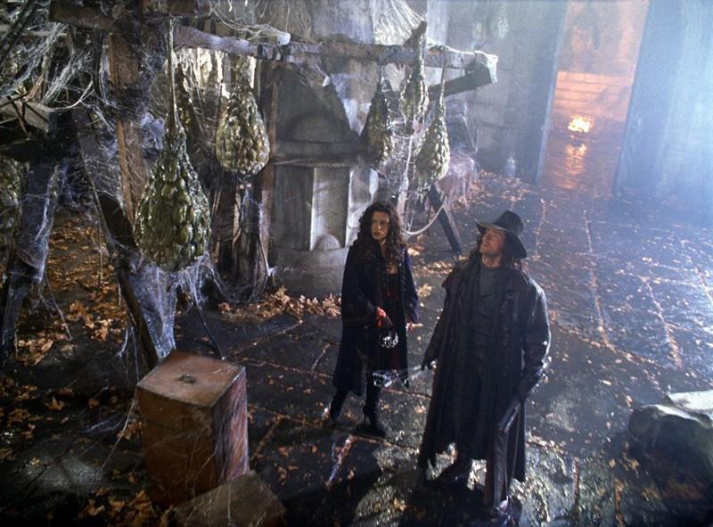 Kate Beckinsale e Hugh Jackman fanno una scoperta sensazionale nel castello di Dracula nel film Van Helsing