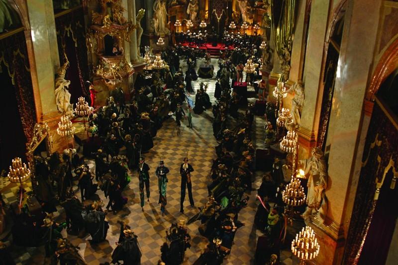 Una scena dall'alto della festa del film Van Helsing