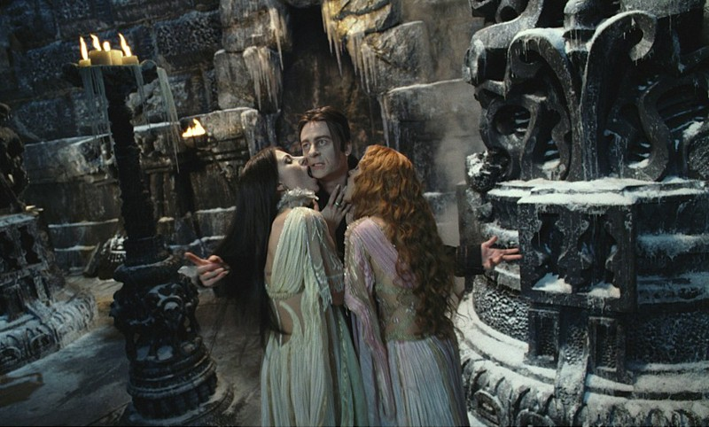 Verona (Silvia Colloca) e Aleera (Elena Anaya) confortano Dracula (Richard Roxburgh) nella loro tana nel film Van Helsing