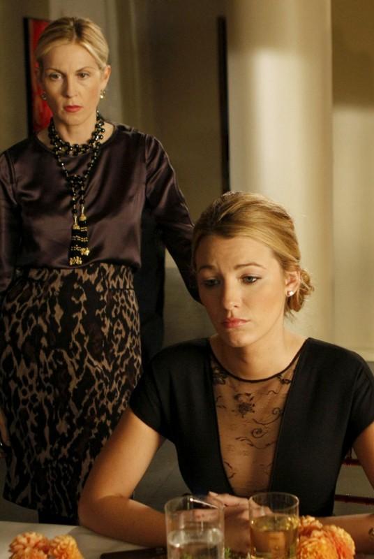 Kelly Rutherford interpreta Lily, mentre Blake Lively è Serena nell'episodio Treasure of Serena Madre di Gossip Girl
