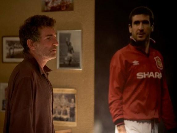 Steve Evets e il suo campione Eric Cantona in una scena del film Il mio amico Eric