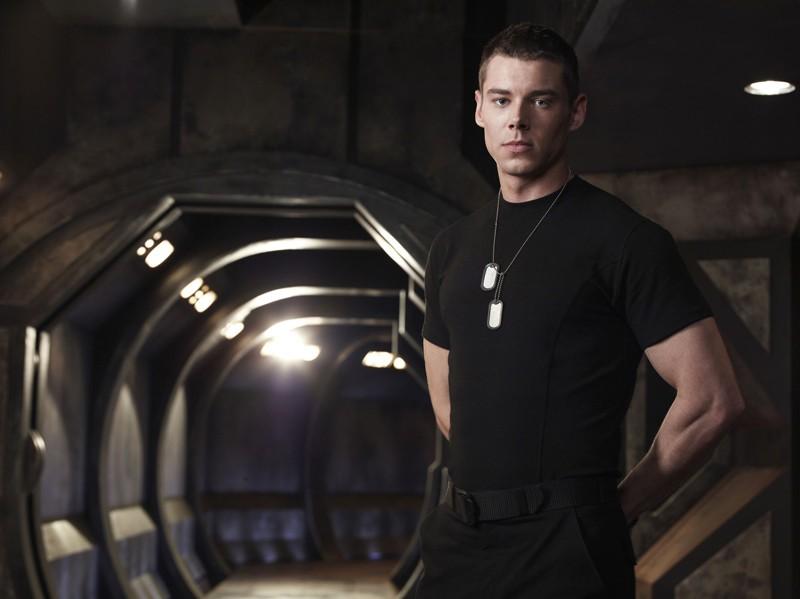 Brian J. Smith in una foto promo sulla Destiny per la stagione 1 di Stargate Universe