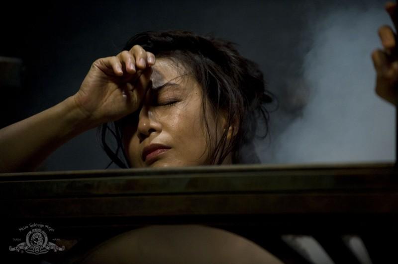 Camille (Ming-Na) in un momento di sconforto nell'episodio Life della serie Stargate Universe