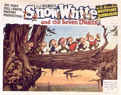 I sette nani in una lobbycard promozionale del film d\'animazione Biancaneve e i sette nani ( 1937 )