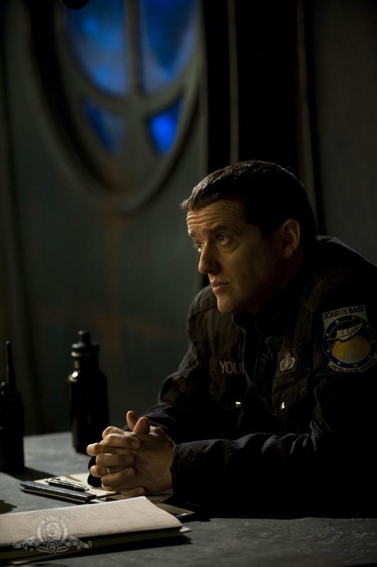 Il Colonnello Everett Young (Justin Louis) in un momento di quiete nell'episodio Life della serie Stargate Universe