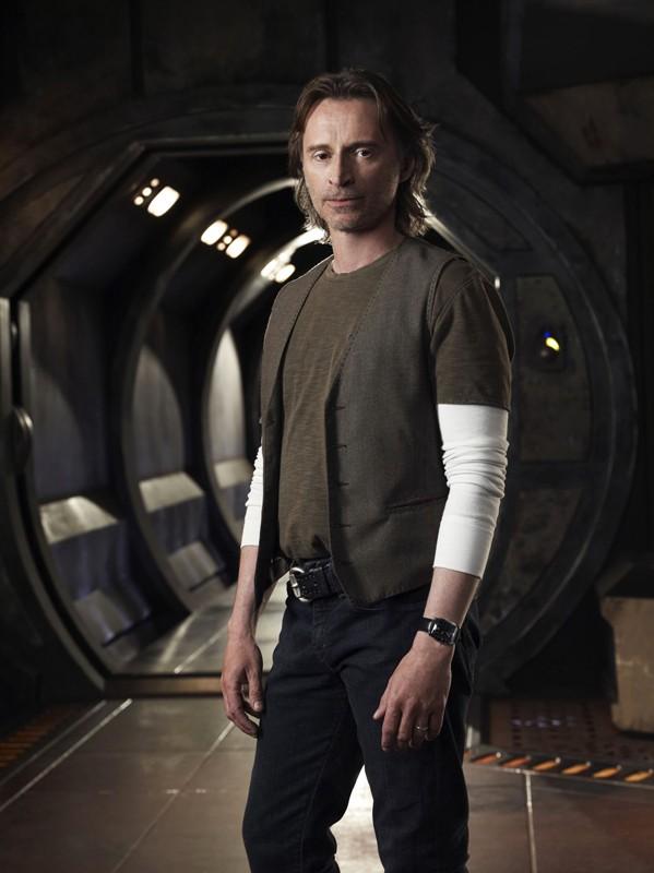 Il Dott. Rush (Robert Carlyle) in una foto promozionale della prima stagione di Stargate Universe