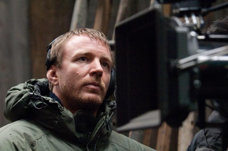 Il regista Guy Ritchie sul set del suo film Sherlock Holmes