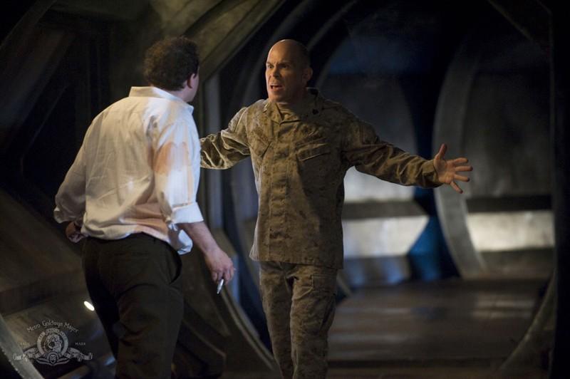 il Sergente Spencer (Josh Blacker) aggredisce Jeremy Franklin (Mark Burgess) nell'episodio Life della serie Stargate Universe
