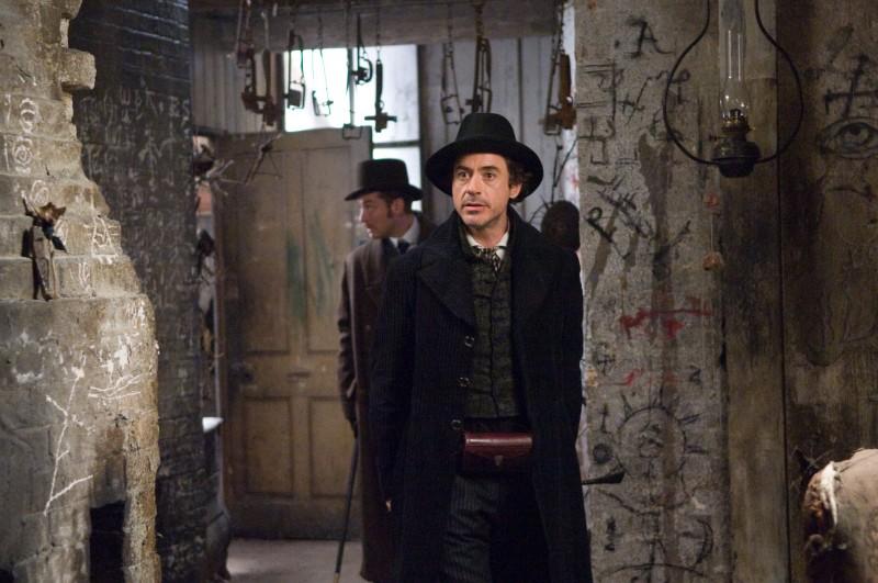 Jude Law e Robert Downey Jr. in una sequenza del film Sherlock Holmes