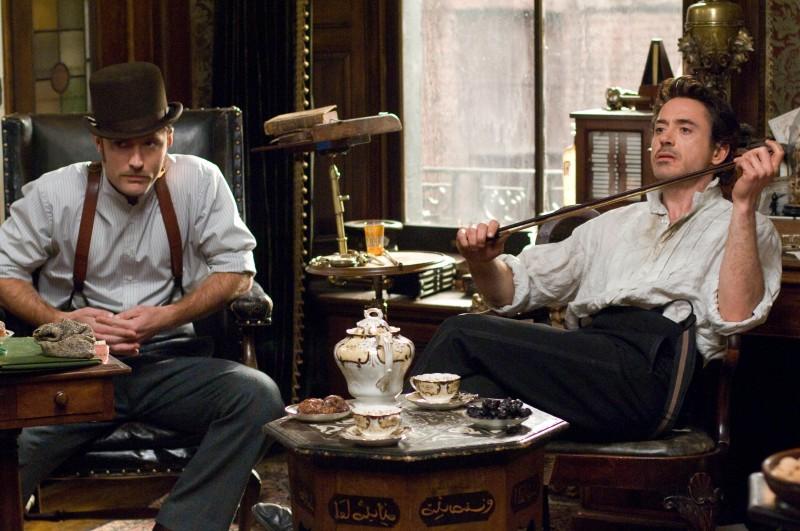 Jude Law e Robert Downey Jr. sono Watson e Sherlock Holmes nel film Sherlock Holmes