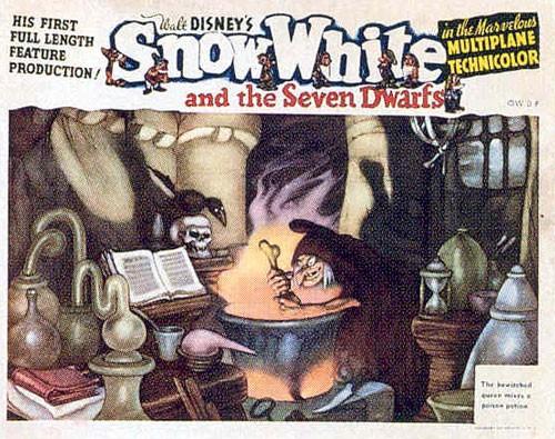 La strega in una lobby card promozionale del film d\'animazione Biancaneve e i sette nani ( 1937 )