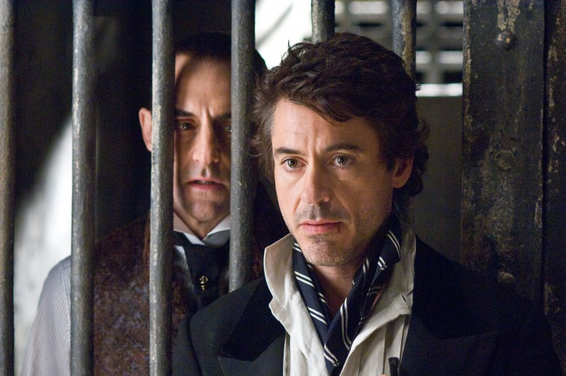 Mark Strong e Robert Downey Jr. in una scena di Sherlock Holmes